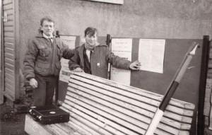 1Aivo Hütsi ja Taago Tubin 24. 02. 1988 Võrus EW iseseisvusmanifeste üles kleepimas_net